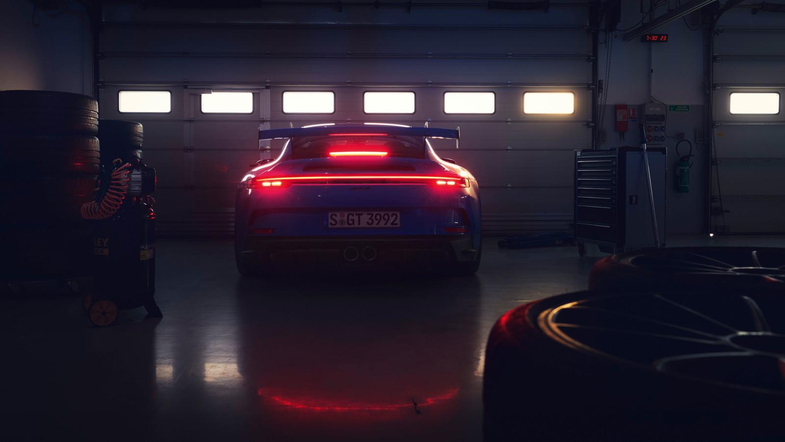 Der Porsche 911 GT3 (2021) besticht durch seinen großen Spoiler.