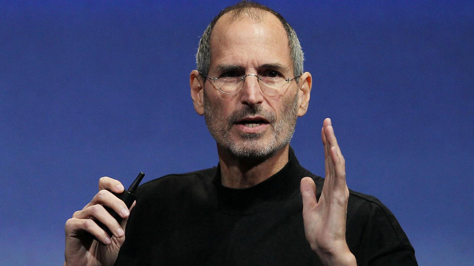 Steve Jobs hält einen Vortrag in seinem schwarzen Pullover