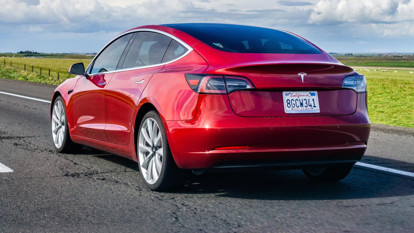 Tesla Model 3 in rot auf der Straße