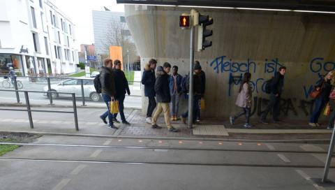 """Unfallrisiko """"Smombie"""": Augsburg führt Boden-Ampeln für Smartphone-Nutzer ein"""