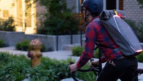 Der BrakePack ist ein smarter Fahrrad-Rucksack mit Bremslicht und Blinkern