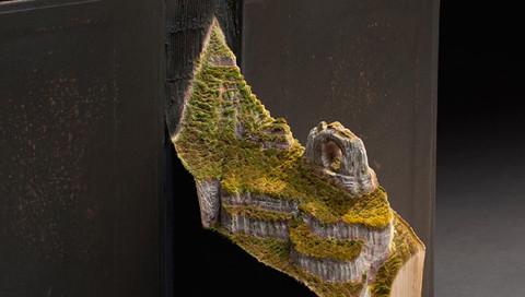 Ein kanadischer Künstler schnitzt eindrucksvolle Berglandschaften in alte Bücher