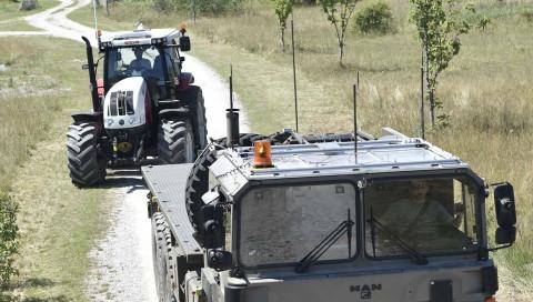 Ein selbstfahrender Militär-Traktor für gefährliche Feldarbeit