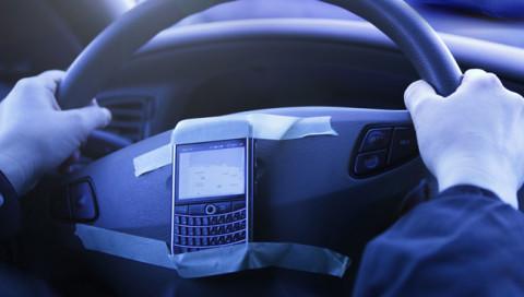 Telefonieren beim Autofahren ist gefährlich – auch mit Freisprechanlage