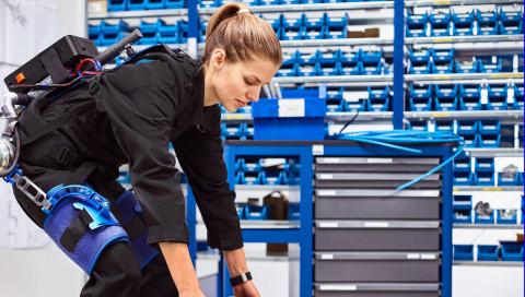 Ein Exoskelett aus Augsburg soll die Arbeit am Montageband verändern