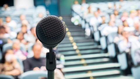 Diese App nutzt KI, um euch das Reden vor Publikum beizubringen