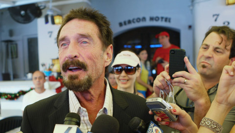 "John McAfee will das ""Terroristen-iPhone"" knacken"