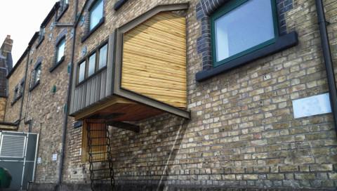 An Hauswänden hängende Schlafkammern sollen Londons Obdachlose schützen