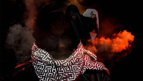 Sorry, Paparazzi: Dieser Schal macht Träger im Blitzlichtgewitter unkenntlich