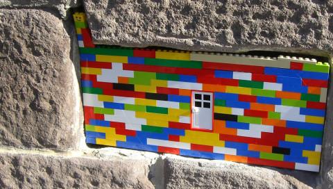 Warum ein Berliner Künstler weltweit Mauern mit Lego repariert