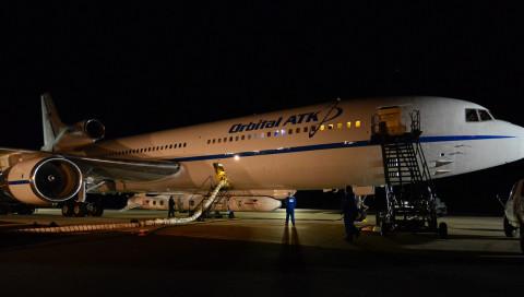 Ein Flugzeug bringt NASA-Satelliten ins All