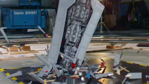 WIRED lässt einen Lego-Sternenzerstörer in Slow-Motion zerschellen