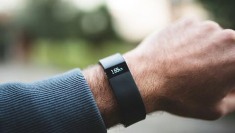 Fitbit kauft sich mehr Medizinwissen