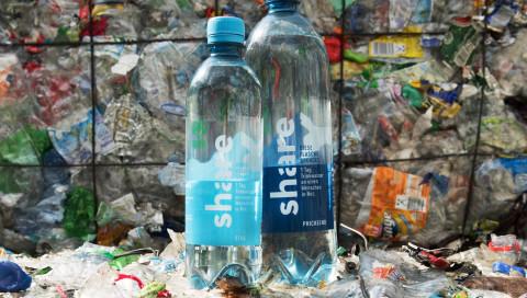 Die erste Wasserflasche aus recyceltem Plastikmüll kommt in die Läden