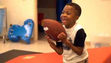 So kann ein Junge mit transplantierten Händen wieder Football spielen