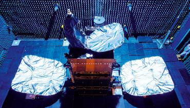 Fotograf Toby Smith begleitet drei Satelliten von der Werkshalle bis zur Startrampe