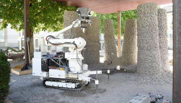 Dieser Roboter baut einen Pavillon aus Schutt