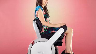 Stolz auf Rädern: Ein Rollstuhl, auf dem man nicht sitzt sondern thront