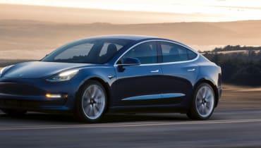 Unzählige Tesla-Autos stehen auf mysteriösen Parkplätzen herum