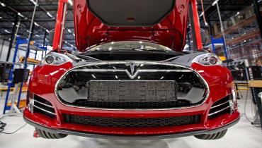 Ex-Mitarbeiter verklagt Tesla wegen Rassismus im Werk