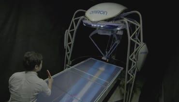 Ein Roboter spielt und lehrt Tischtennis