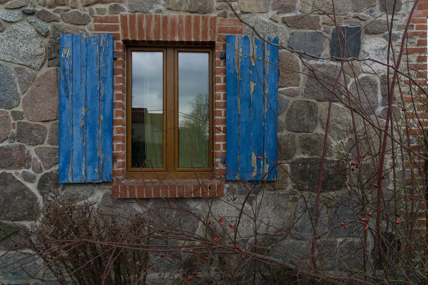 Feldsteinhaus Holzfenster