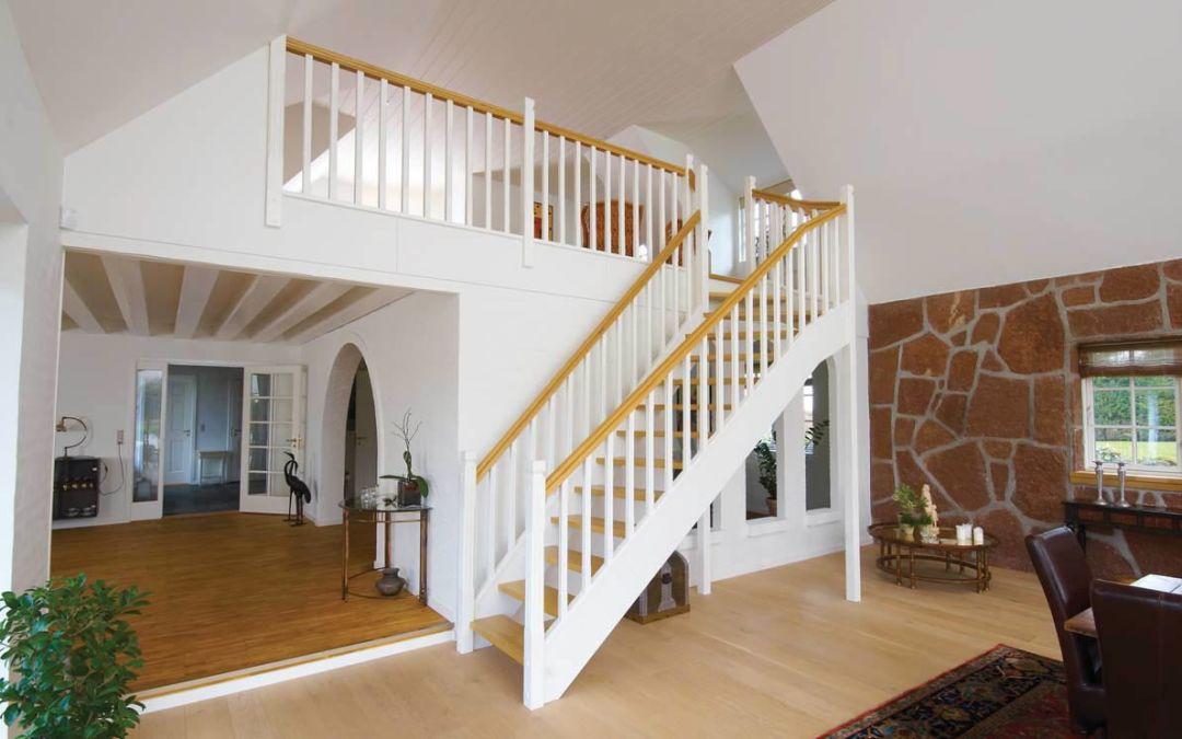 Smart tænkt trappe til nyrenoveret stue