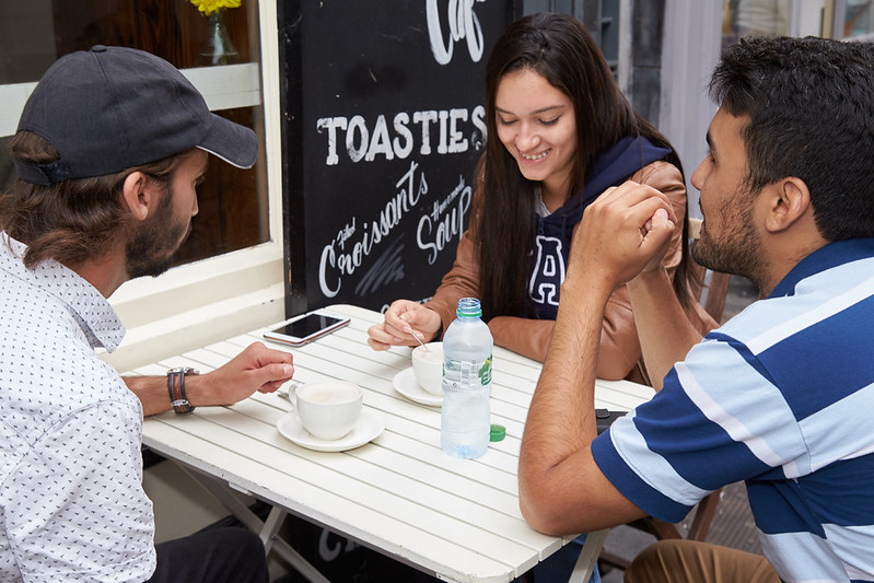 etudiant cours anglais prenant café