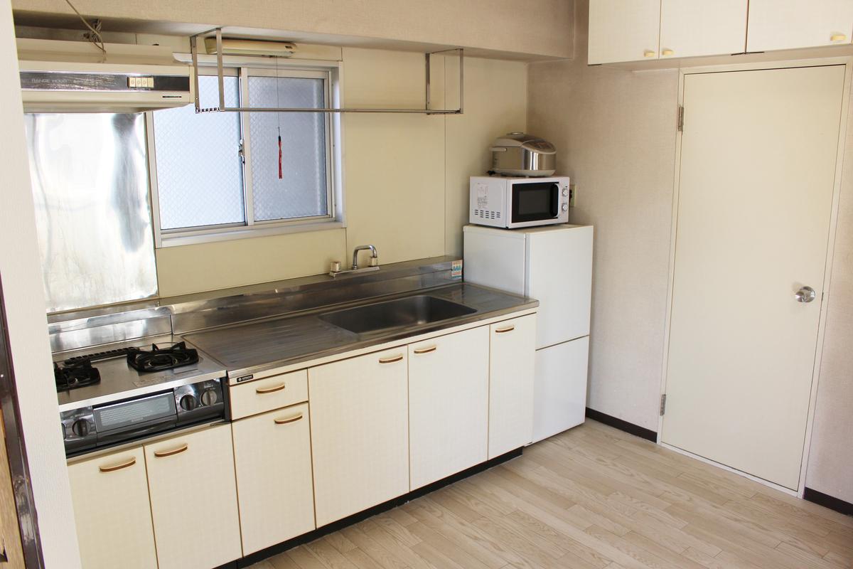 shared appartment tokyo dortoir kitchen