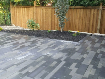 Straight liner lines pull the eye from one side to the other in this outdoor space