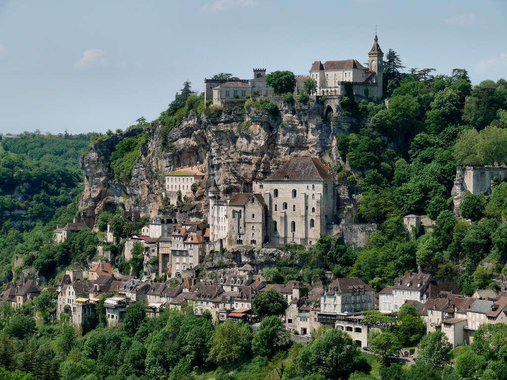 """Un pueblo medieval """"de cuento"""" adosado a un acantilado, en Francia (Rocamadour)"""