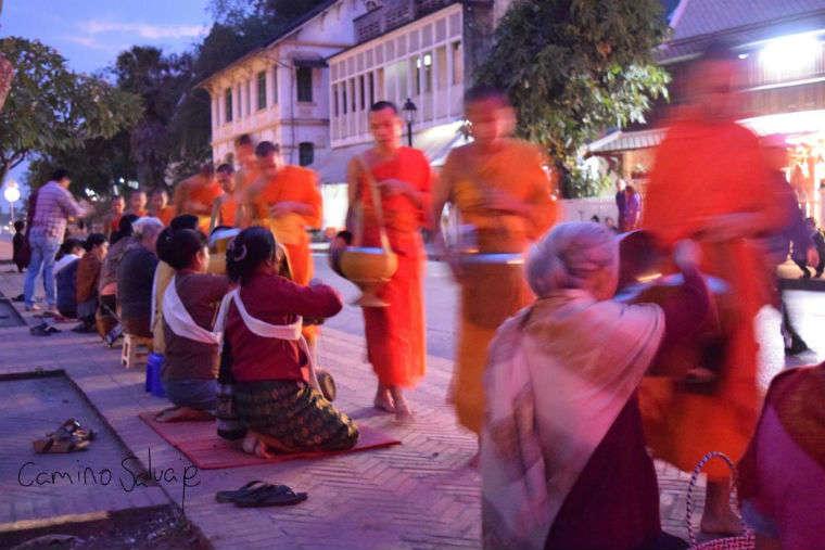 Luang Prabang, canticos, monjes y monasterios.