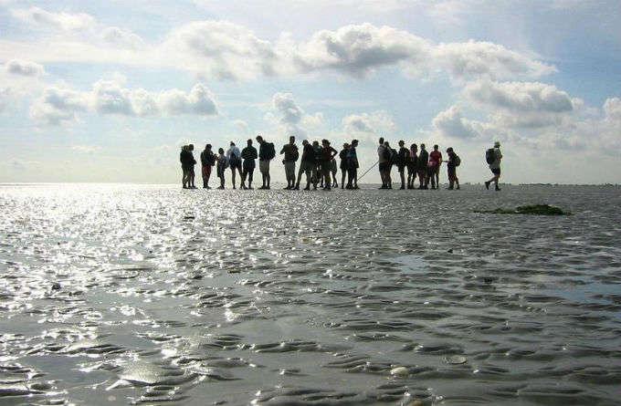 El mar que casi desaparece dos veces al día y se puede cruzar andando