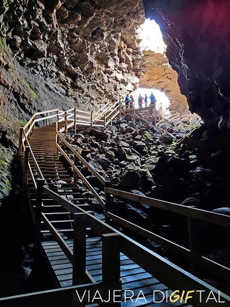 Visitar una cueva de lava en Islandia