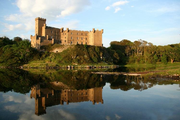 Vista general del Castillo de Dunvegan, en Skye. Imagen propiedad de Dunvegancastle, bajo licencia Creative Commons