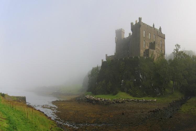 Castillo Dunvegan entre la niebla, en Skye. Imagen propiedad de Klaus with K, bajo licencia Creative Commons.