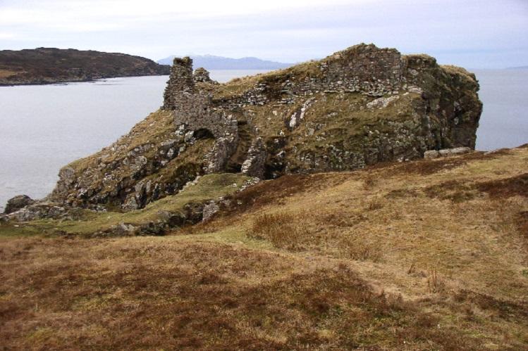 Vista del Castillo Dunscaith, en Skye. Fotografía propiedad de Peter Trant, bajo licencia Creative Commons Attribution Share-alike license 2.0