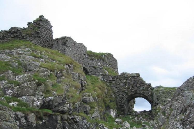 Detalle del Castillo Dunscaith, en Skye. Fotografía propiedad de John Allan, bajo licencia Creative Commons Attribution-ShareAlike 2.0