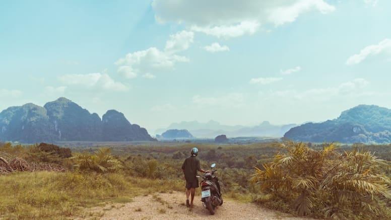 Viajante solitário em momento de reflexão em uma paisagem na natureza