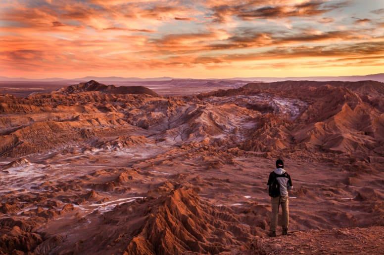 el mochilero admira el paisaje del desierto de Atacama en Chile