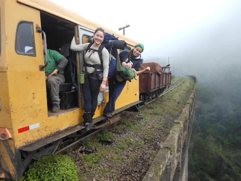 Duas viajantes mochileiras pegam carona em trem de carga na Colômbia