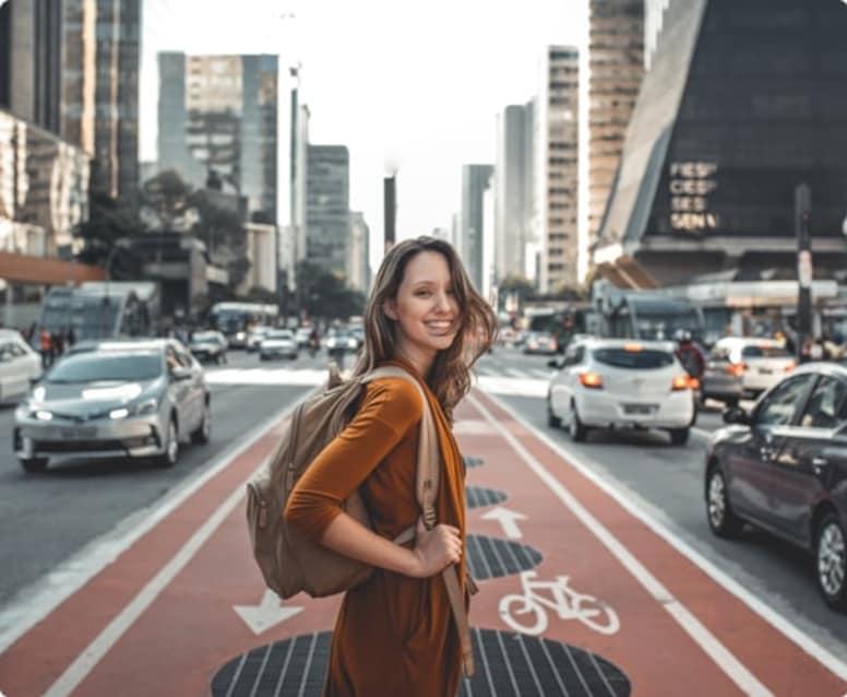 Mulher viajante fazendo um passeio pela cidade de São Paulo