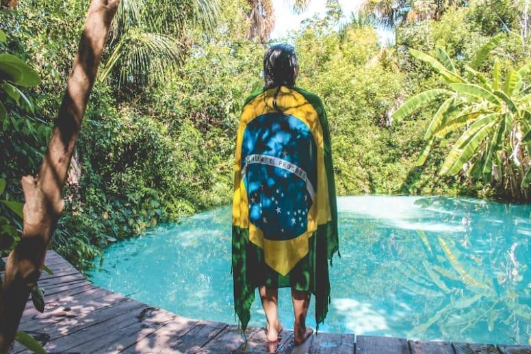 Viajante mochileira em fervedouro no jalapao brasil