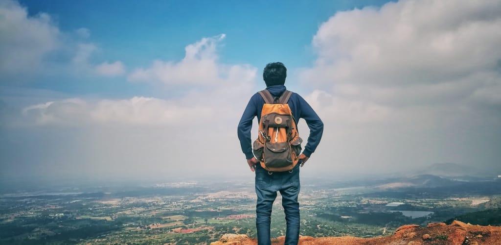 viajante olhando a paisagem