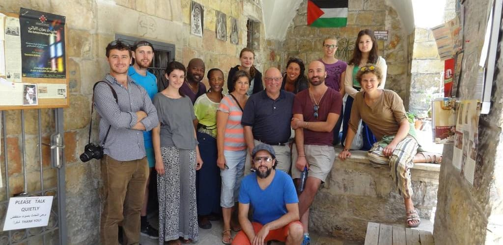 Turma de voluntário Worldpackers no Hostel Ramallah