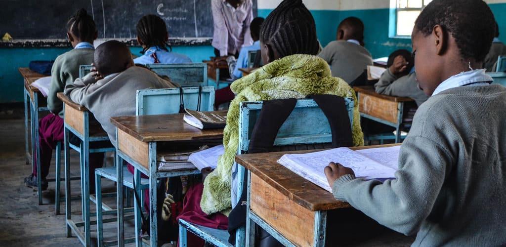 Ensinar crianças é uma das principais funções em voluntariado no exterior