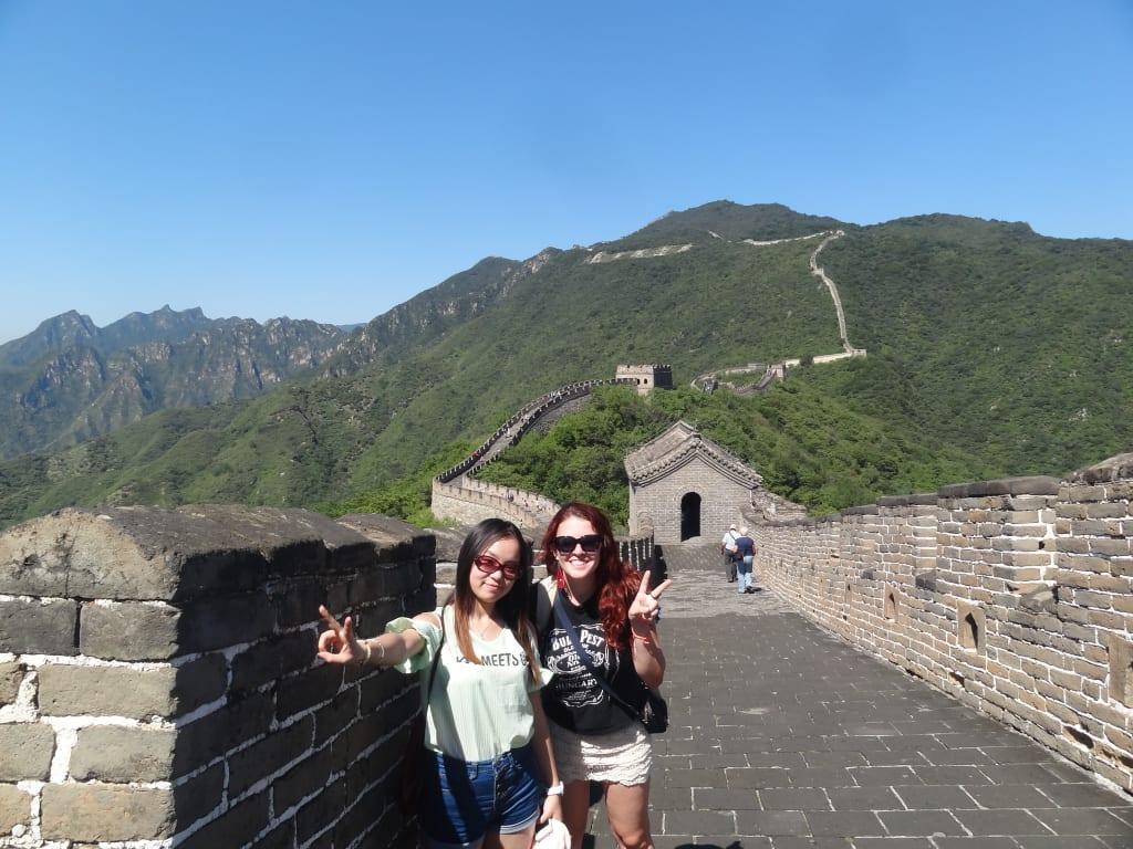 Juliana e amiga que fez durante sua viagem para a China