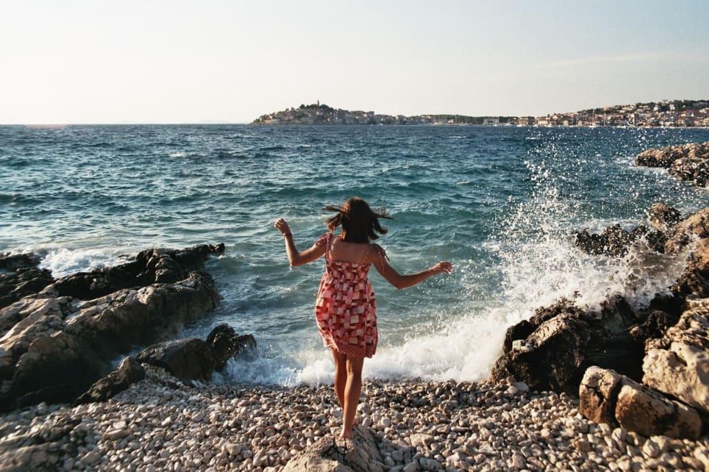 mulher aproveitando o momento no mar