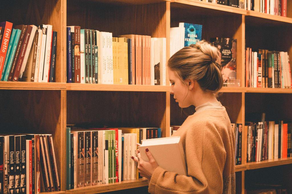 Menina pesquisando em biblioteca