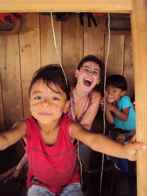 voluntaria brincando com crianças indígenas na Amazônia